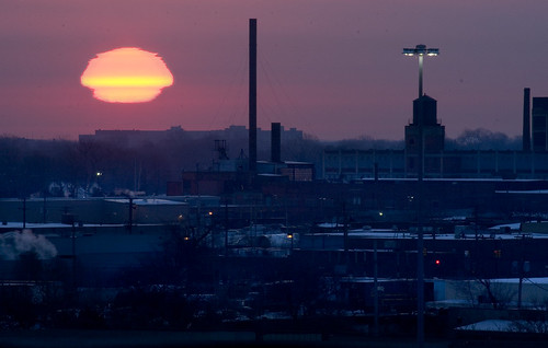 winter sun sunrise distorted detroit mirage atmospheric atmosphericeffects misshapen mockmirage superiormirage distoredsun atmostphericlensing