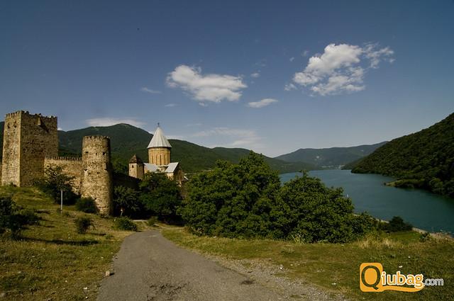 Widok na twierdzę Ananuri w pobliżu Tbilisi