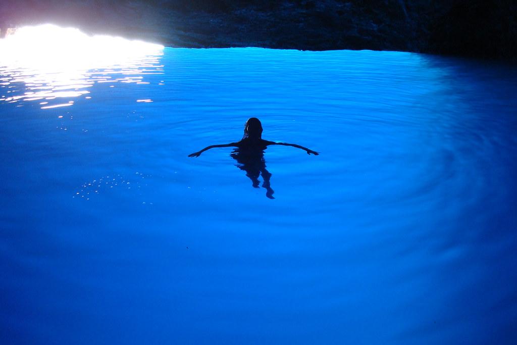 ザキントス島の青の洞窟で泳ぐ少女
