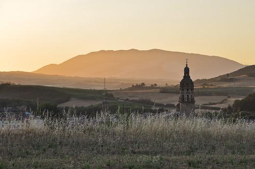 españa church sunrise landscape countryside spain nikon scenery catholic shell kirche steeple spire e landschaft sonnenaufgang 2009 jakobsweg 00 spanien caminodesantiago sunup muschel katholisch kirchturm d90 thewayofstjames caminofrancés lechemindesaintjacques nullnullminus nikkorafs1685f3556 gpsunitgp1