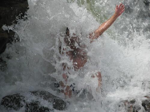 Dentro de la cascada