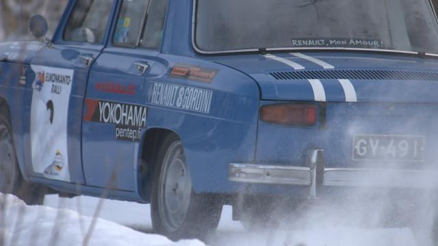 Renault 8 Accelerating