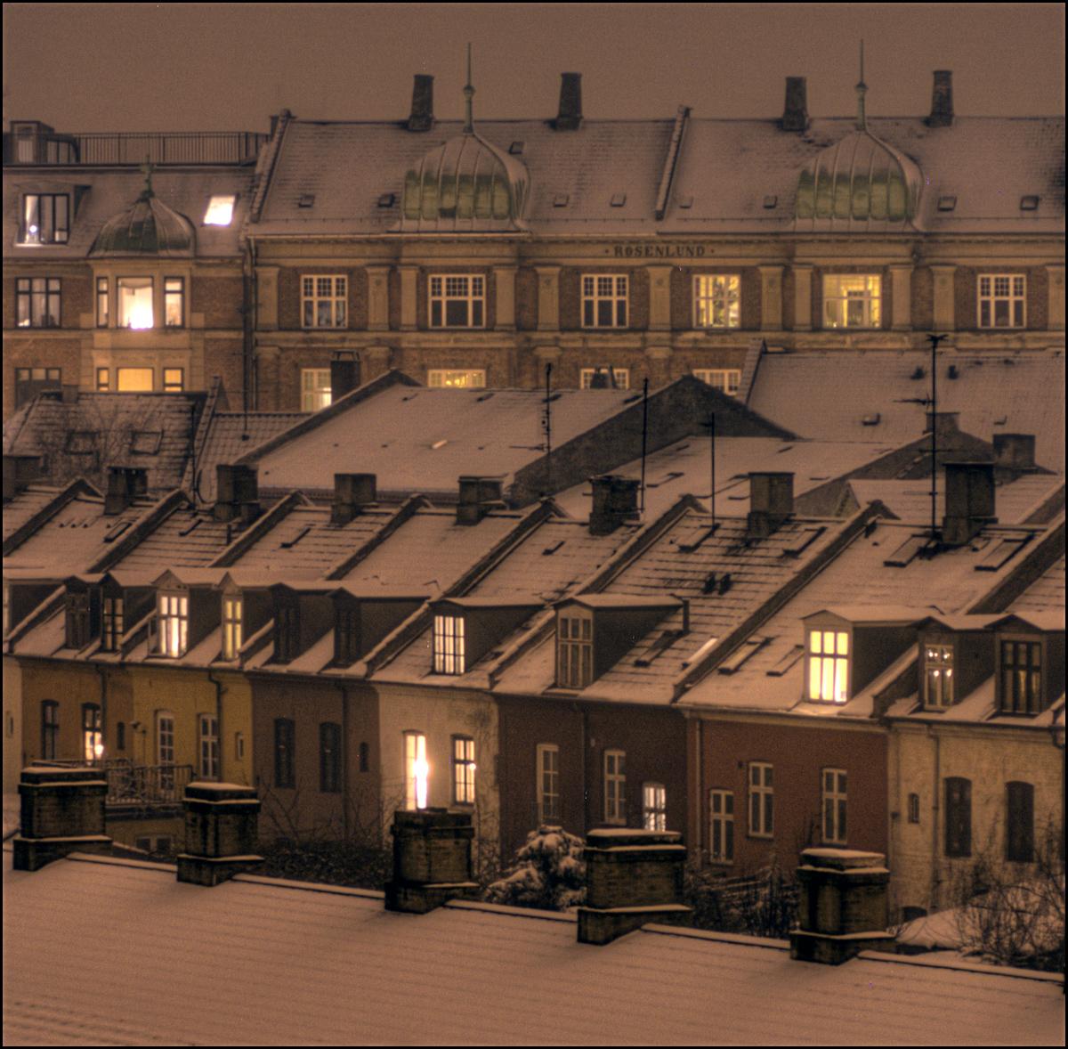 Maisons du quartier d'Osterbro à Copenhague sous la neige à la nuit tombée. Photo de Mik Hartwell