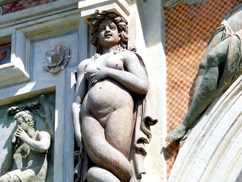 Statua di donna incinta