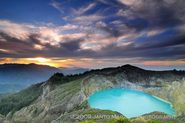 Sunrise di Danau 3 Warna Kelimutu Flores, Nusa Tenggara Timur Indonesia