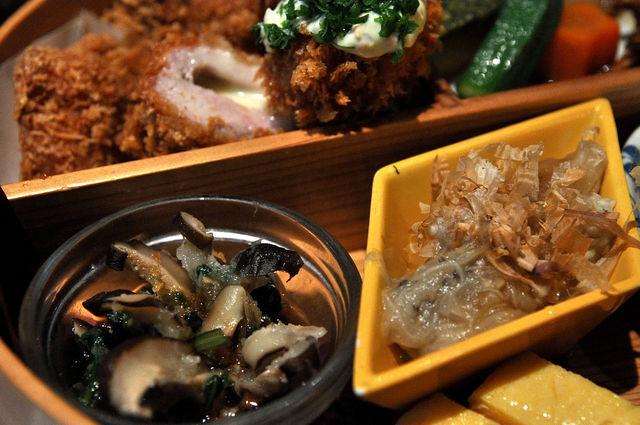 杏子豬排商業午餐-醃漬小菜與烤茄子
