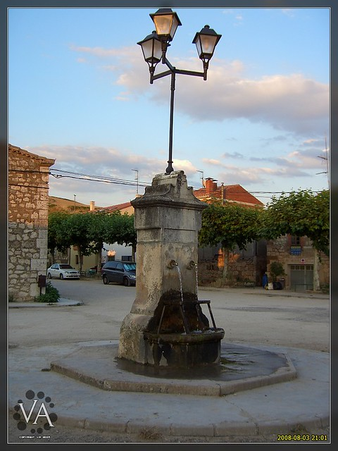 Fuente en San Millan de Juarros al atardecer / Public fountain in sunset light at San Millan