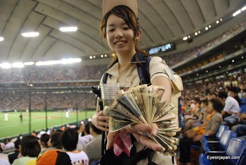 Photo:Beer Girl holding money at Yakult vs Giants baseball game By:eyeonjapan.com