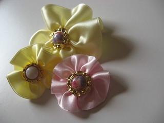 Flores de fita de cetim.