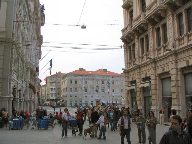 Via del Teatro tra Piazza Unita' e Piazza della Borsa