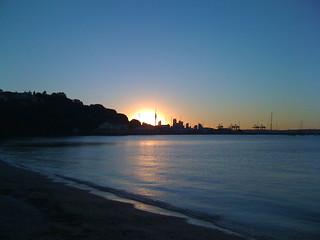 Изображение на Okahu Bay Beach. sunset beach auckland