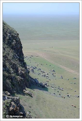 散落的岩石可能是山体崩塌后由湖水搬运到山脚的