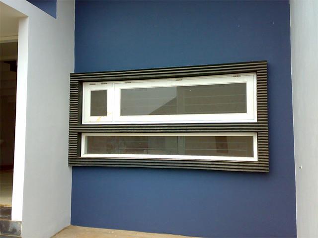 bentuk jendela double panjang secara horizontal yang