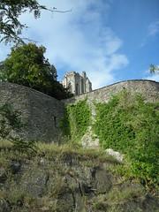 Tour de l'église Notre Dame vue depuis le bas des fortifications