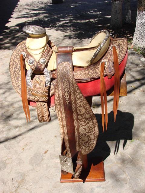 Montura Charra cola de pato bordada en pita con greca azteca y rosas