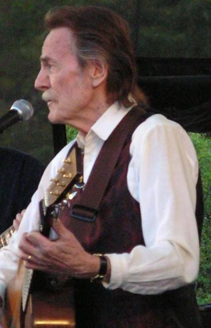 DO2007 61 - Toronto City Hall - Nathan Phillips Square - bonus Gordon Lightfoot concert