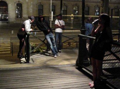 9g1314 julio noche y calle varios008 Pont des Arts esperando hora del baile