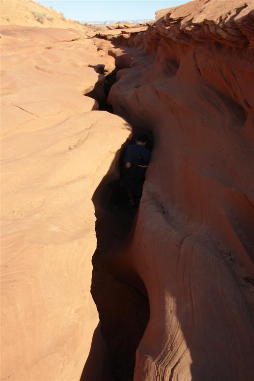 """Grieta de entrada al """"maravilloso mundo"""" subterráneo del Antelope Canyon, visto desde fuera es difícil imaginar lo que nos espera abajo"""