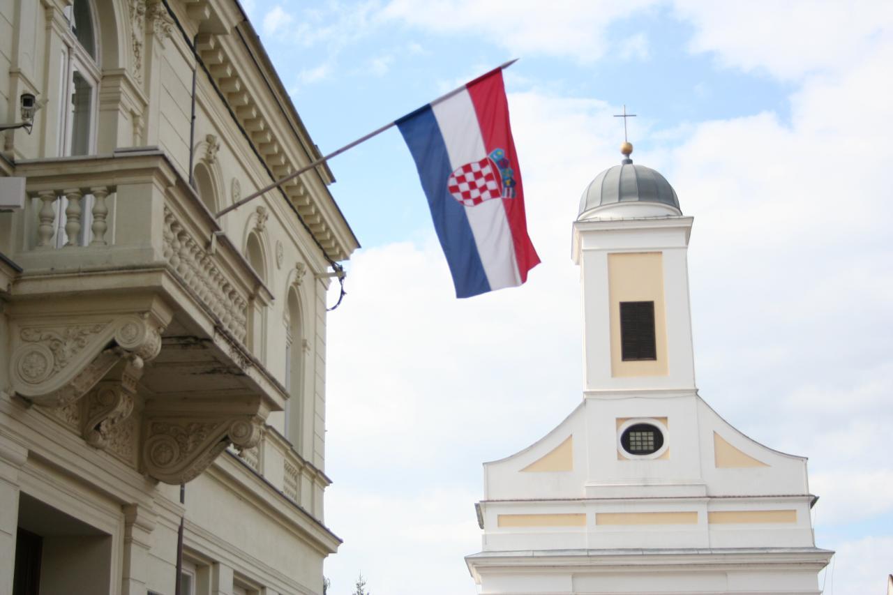 Fotografia do centro da cidade de Dakovo na Croácia