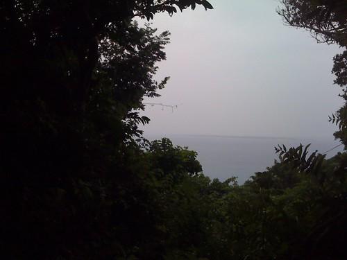 斎場御嶽(せーふぁうたき)から見た島