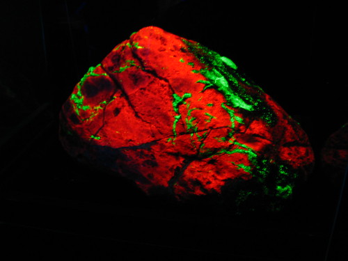 fluorescent rock -Sterling Hill Mining Museum, NJ, USA by Vilseskogen, on Flickr