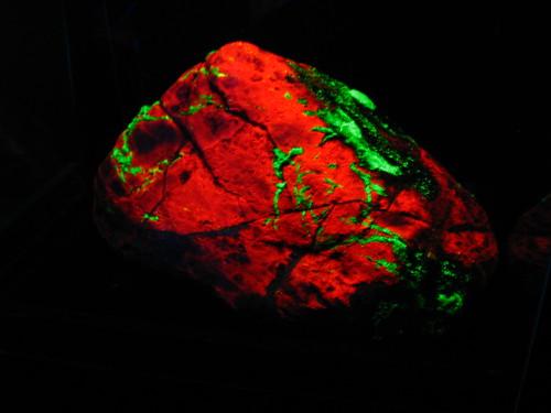 fluorescent rock -Sterling Hill Mining Museum, NJ, USA by Vilseskogen, on Flickr