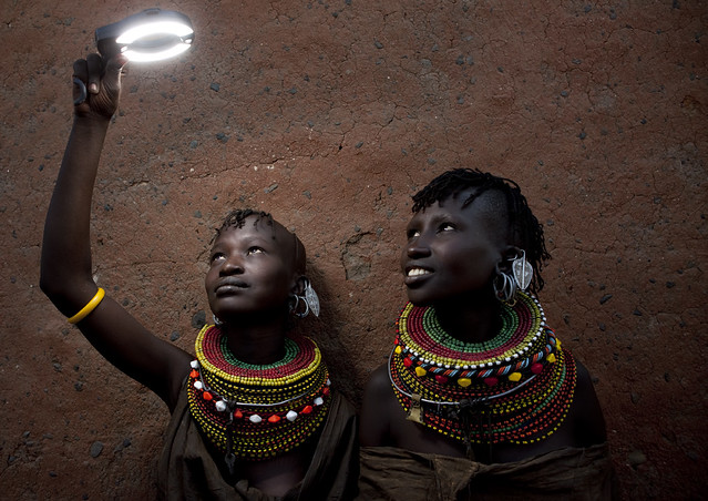 Playing with light with Turkana women - Kenya
