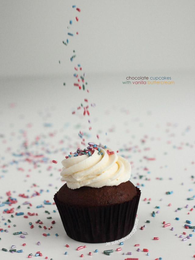 Fluffy, dark, vegan chocolate cupcakes with vanilla buttercream   Je suis alimentageuse   #vegan #chocolate #cupcakes