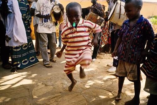 africa music boys children drums dance joy dancer kinder tanz afrika enfants musik tamtam enfant joie junge musique tanzen afrique freude trommeln tambours garçons tamstams dendi bariba gaani 21jhdt baatonbou baatonou