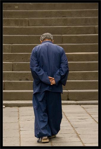 Un hombre, de espaldas, camina reflexionando