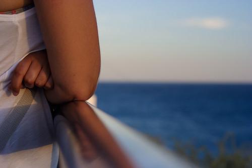 Una chica mirando al mar, nostálgica