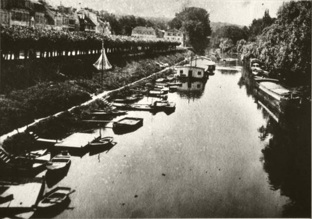 Le vieux pont de Poissy et les barques des canotiers.