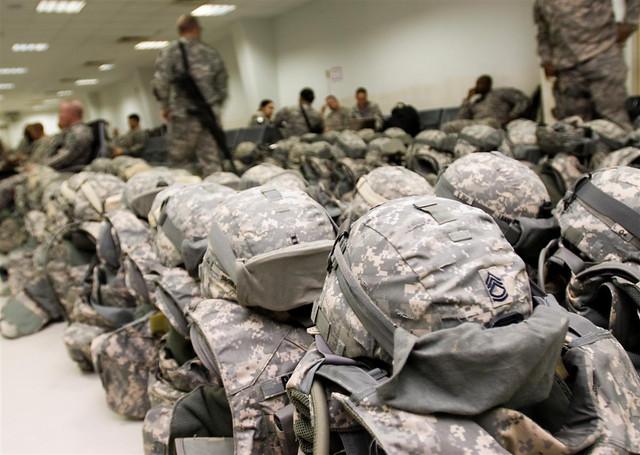 Παραταγμένα κράνη και αλεξίσφαιρα αμερικάνων στρατιωτών (Φωτογραφία: US Army)