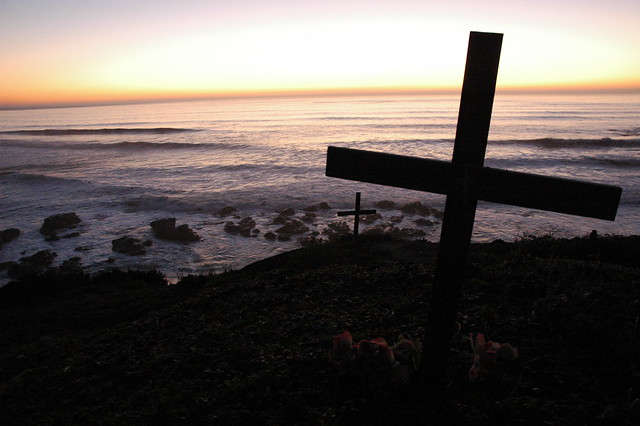 Cross at Surfers memorial site, at Bodhisattva Beach, near Pillar's Point / Mavericks, Pacific Coast, California, USA