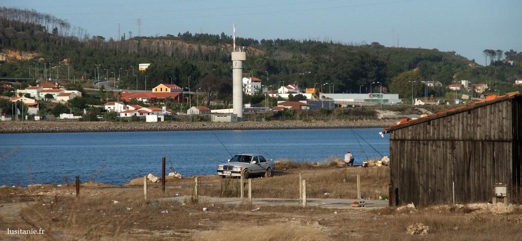 Cette photo, au bord du Mondego, est représentative du Portugal: au même endroit, vous avez la campagne, la forêt, la ville, la mer. Le Portugal est un pays de paysages très variés et contrastés, malgré sa petite taille.