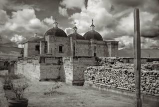 Mitla: Iglesia colonial y ruinas precolombinas. (Oaxaca, México)