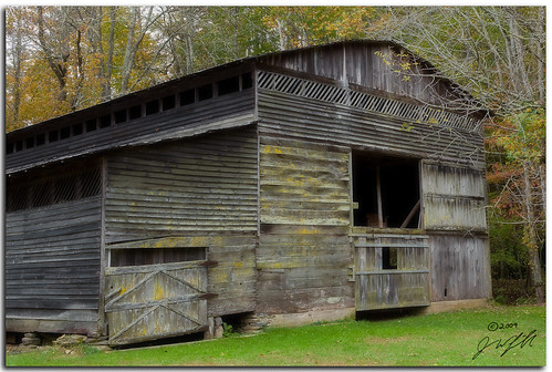 fall barn antique tennessee historic foliage ef2470mmf28lusm smokymountains greatsmokymountainnationalpark cataloocheecove canoneos5dmarkii ©jonaswingfield