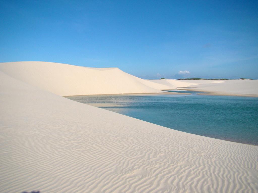 レンソイス•マラニャンセス国立公園の砂の大地とラグーン