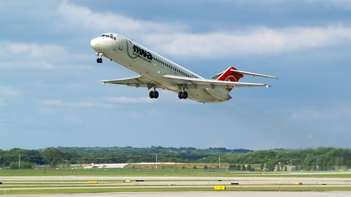 airport grr nwa northwestairlines dc9 viewingarea geraldrfordinternationalairport mcdonnelldouglass n752nw