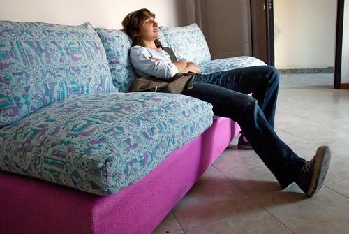 Foto quesito questo divano si potr tingere frammenti di realt photoblog - Divano ecopelle che si spella ...
