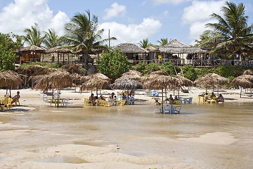 Turistas curtindo o sol em Praia Bela