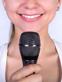 Chica con microfono