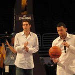 pad 21-jan-09: luke walton and jordan farmar levitates a basketball