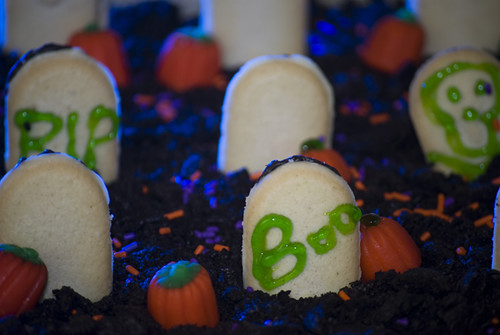 Halloween Cemetery Cake http://www.flickr.com/photos/lillyg/4061332033/