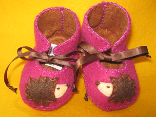Fuchsia and chocolate baby booties with hedgehog motifs