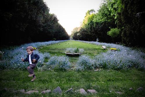 park portrait flower fleur child wideangle romania enfant parc bucharest roumanie bucarest grandangle bucureşti parculcişmigiu childatpark enfantauparc