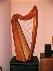carving(0.0), guitar(0.0), string instrument(1.0), clã rsach(1.0), wood(1.0), harp(1.0), string instrument(1.0),
