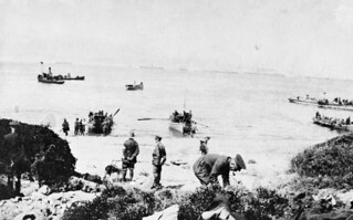 Boats carrying troops to shore, 25 April 1915
