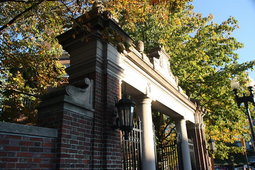 la porte de l'université Harvard