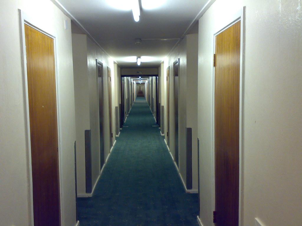 Largo pasillo del hotel
